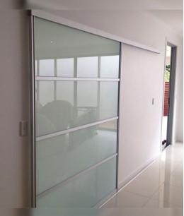 Раздвижные межкомнатные стеклянные двери на рельсах