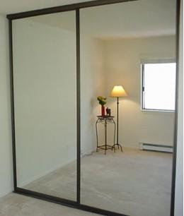 Зеркальные двери-купе для гардеробной