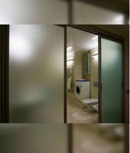 Стеклянные двери в туалет
