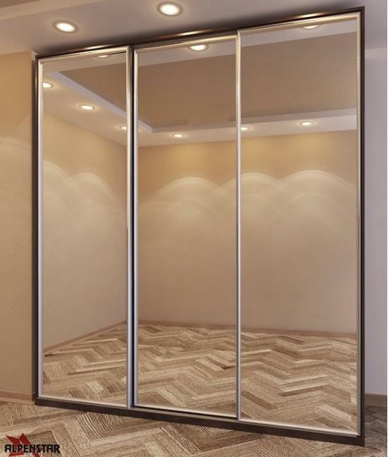 Три двери шкафа-купе с зеркалом