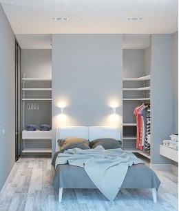Гардеробная за кроватью в спальне