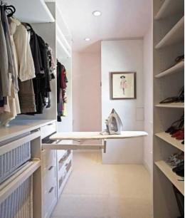 Маленькая гардеробная с гладильной доской