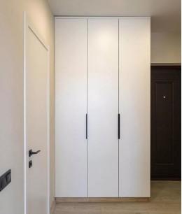 Маленький коридор с гардеробной