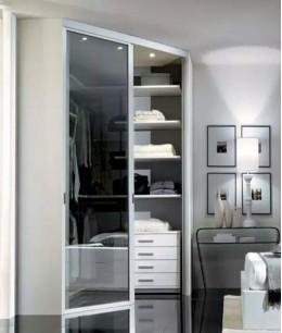 Угловая гардеробная в спальне небольшого размера