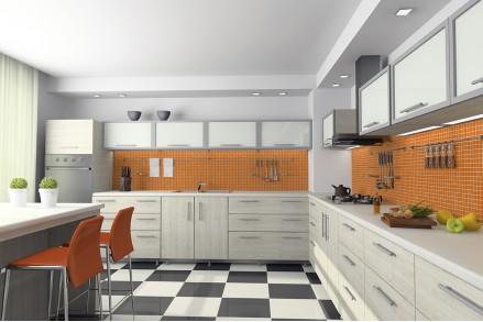 Белая кухня с оранжевым фартуком