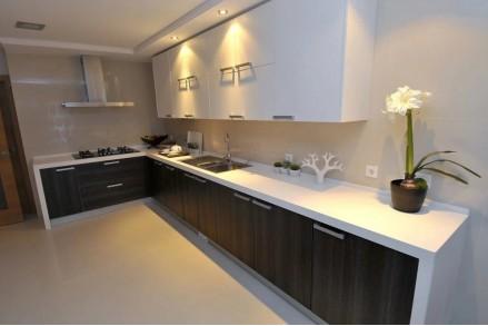 Белая кухня со светлой столешницей