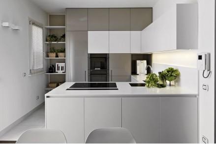 Белая кухня в студию вместительная