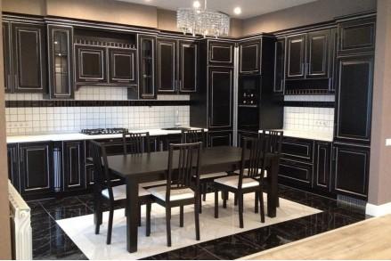 Черная классическая кухня в интерьере