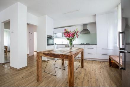 Красивая современная белая кухня