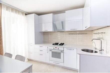 Кухня белый глянец с высокими шкафами