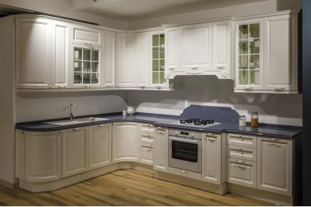 Кухня в классическом стиле с серебристой патиной