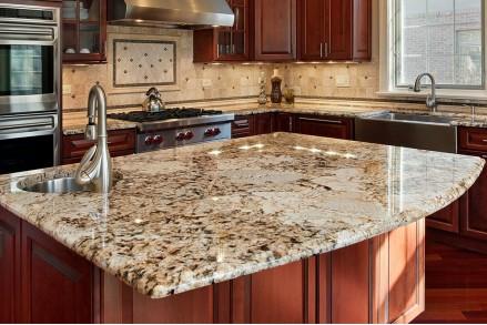 Кухонный гарнитур со столешницей из камня