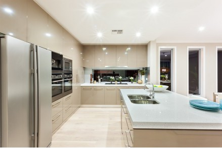 Светлый интерьер современной кухни