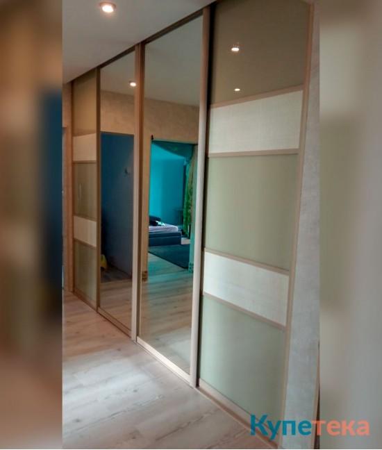 Большие раздвижные двери-купе в гостиную под потолок