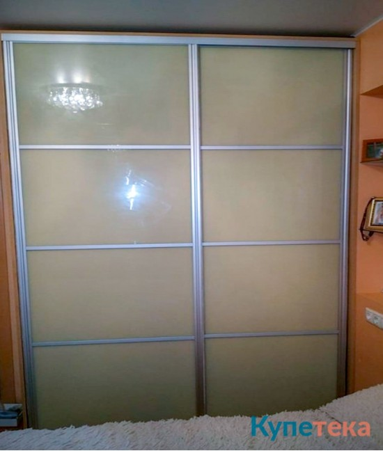Гардеробные двери-купе в спальню из цветного стекла