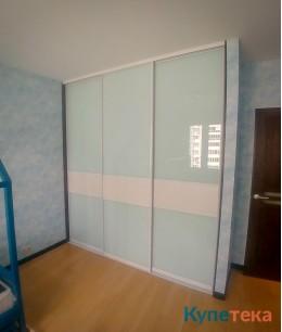 Белые встроенные двери-купе в спальню