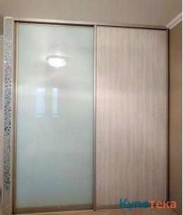 Двери-купе в спальню, фасады - цветное стекло, ЛДСП