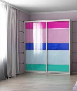 Шкаф купе в детскую комнату с цветным стеклом