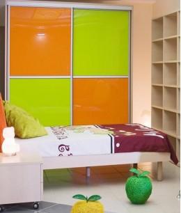 Шкаф купе в детскую с цветным стеклом