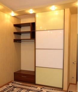 Небольшой шкаф купе в прихожую с цветным стеклом