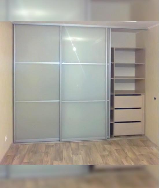 Встроенный шкаф купе с матовым стеклом