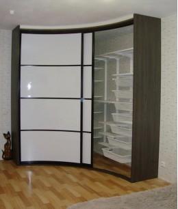 Радиусный шкаф купе угловой радиальный с корзинами