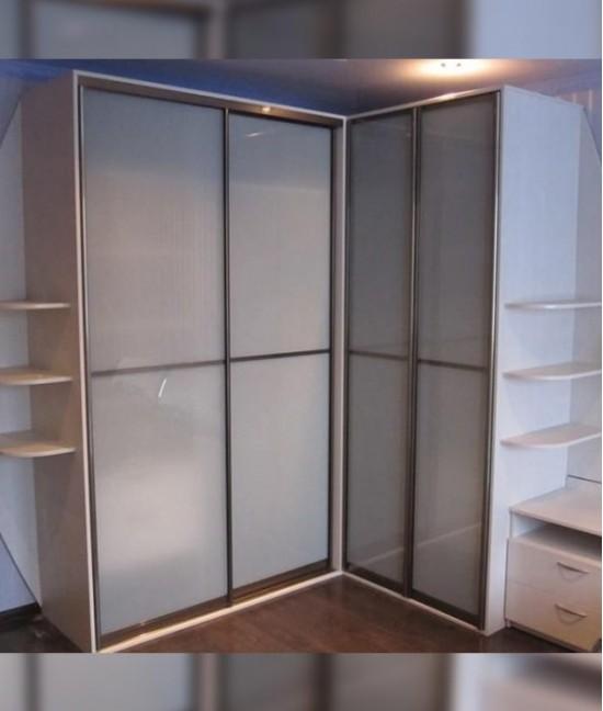 Угловой шкаф купе в коридор белый глянец