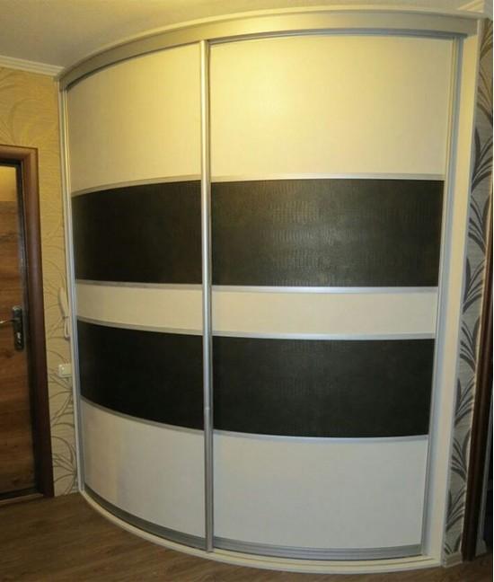 Шкаф купе выпуклый угловой с кожанными вставками