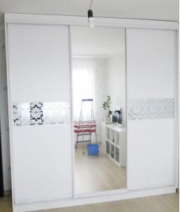 Встроенный шкаф купе в детскую белый зеркальный