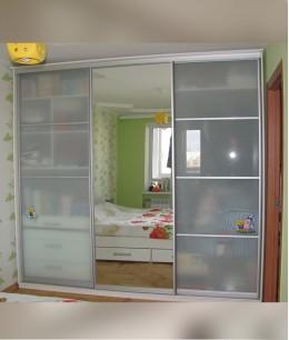Встроенный шкаф купе в детскую с матовым стеклом