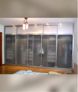 Встроенный шкаф купе в нишу стекло прозрачное