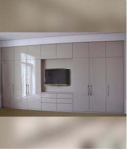 Встроенный шкаф купе в нишу с телевизором