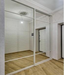 Встроенный шкаф купе в нишу белый зеркальный
