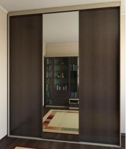Встроенный шкаф купе в прихожую темно-коричневый