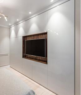 Встроенный шкаф купе до потолка с телевизором