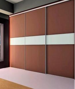 Встроенный шкаф купе до потолка темно-коричневый