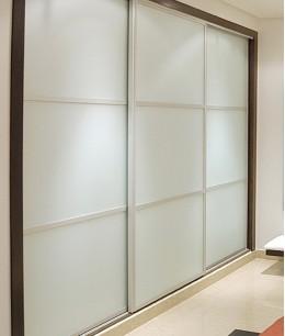 Встроенный шкаф купе до потолка с матовым стеклом