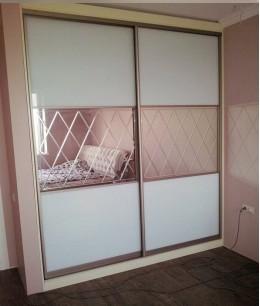 Встроенный шкаф купе зеркальные lacobel (цветное стекло)