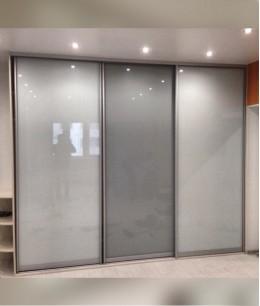 Встроенный шкаф купе зеркальные матовое стекло