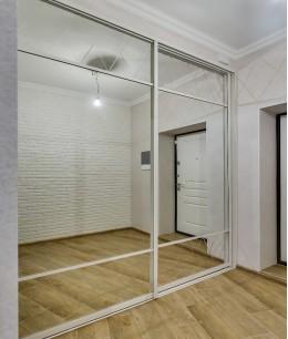 Встроенный шкаф купе зеркальные с подвесными дверями