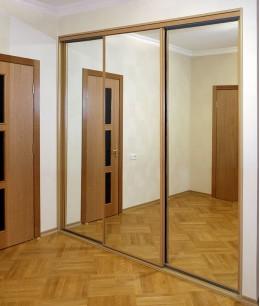 Встроенный шкаф купе зеркальный трехдверный