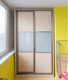 Встроенный шкаф купе на балкон lacobel (цветное стекло)