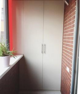 Встроенный шкаф купе на балкон распашной
