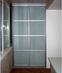 Встроенный шкаф купе на балкон серый