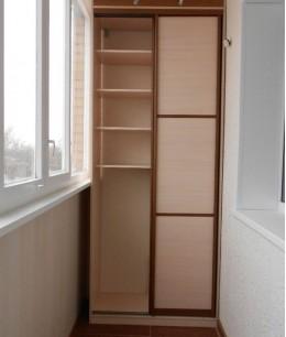 Встроенный шкаф купе на балкон светло-коричневый