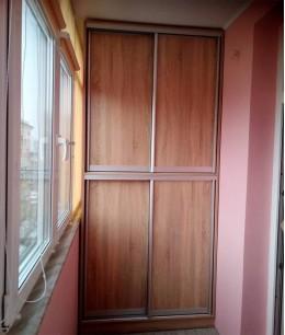 Встроенный шкаф купе на балкон темно-коричневый