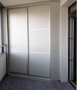 Встроенный шкаф купе на балкон современный