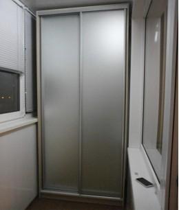 Встроенный шкаф купе на балкон с матовым стеклом