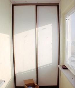 Встроенный шкаф купе на балкон белый лдсп