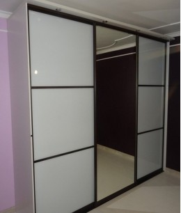 Встроенный шкаф купе в прихожую белый трехдверный